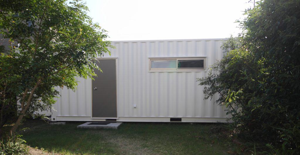 CoBeat スタジオ:緑に囲まれた海上コンテナ利用の快適空間です。